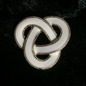 Jewelry - Vintage white enameled knot brooch (i003)